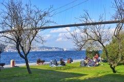 Bosphorus Familles d'Uskudar Kuzguncuk qui pique-nique de bord de la mer Images stock