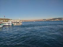 Bosphorus Foto del puente de Bosphorus tomada de un transbordador en Estambul fotos de archivo libres de regalías