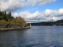 Bosphorus kanal och första Bosphorus bro Arkivbild