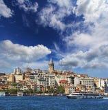 Bosphorus met een oude stad op een achtergrond, Istanboel Royalty-vrije Stock Afbeeldingen
