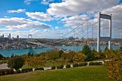 Bosphorus mit Brücke lizenzfreie stockbilder