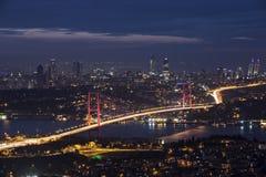 Bosphorus och överbryggar på natten, Istanbul Royaltyfria Bilder