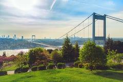 Bosphorus och Fatih Sultan Mehmet Bridge Arkivbilder