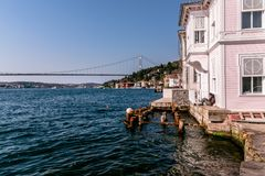 Bosphorus Rumelian slott och Fatih Sultan Mehmet Bridge arkivbilder