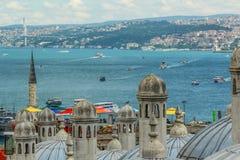 Bosphorus sikt Skepp som sv?var i havet royaltyfri bild