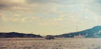 Bosphorus widok z pasażerską łodzią Fotografia Stock