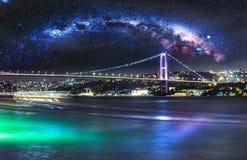 Bosphorusbrug bij nacht, Istanboel stock foto