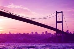 Bosphorusbrug in Istanboel bij zonsondergang Stock Afbeelding
