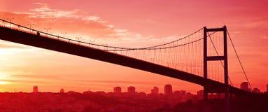 Bosphorusbrug in Istanboel bij zonsondergang. Royalty-vrije Stock Afbeeldingen