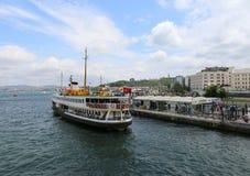 Bosphorusveerboot die passagiers nemen bij Eminonu-Pijler Stock Afbeelding