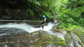 Bosque de In Ecuadorian Rain del instructor del descenso de cañones metrajes