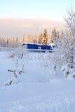 Bosque de hadas de la nieve del invierno con los árboles y la casa de pino fotos de archivo libres de regalías