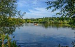 Bosque de Hainault, Essex, Reino Unido - 28 de agosto de 2017: Muchachas en un rowing foto de archivo libre de regalías