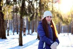 Bosque de la hembra del retrato del invierno Imagenes de archivo