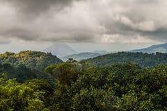 Bosque de la nube que cubre Reserva Biologica Bosque Nuboso Monteverde, Costa Rica Volcán de Arenal en el backgroun imagen de archivo libre de regalías