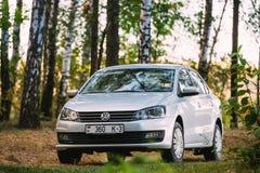 Bosque de maderas de abedul del verano de VW Volkswagen Polo Vento Sedan Car In Imágenes de archivo libres de regalías