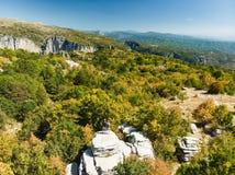 Bosque de piedra, formación de roca natural, creada por las capas múltiples de piedra, situadas cerca del pueblo de Monodendri en foto de archivo
