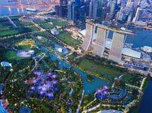 Bosque de Supertree Jardine pela baía na área de Marina Bay na cidade de Singapura Vista aérea na noite fotos de stock royalty free
