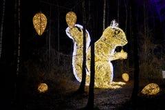 Bosque del cuento de hadas con los animales iluminados imagen de archivo libre de regalías