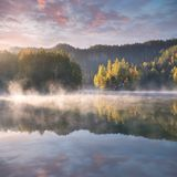 Bosque del oto?o reflejado en agua Ma?ana colorida del oto?o en las monta?as Mañana colorida del otoño en otoño de niebla del lag imagen de archivo libre de regalías