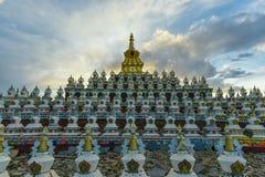 Bosque del stupa en la universidad de Yaqing Buda Fotos de archivo