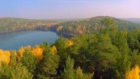 Bosque en el lago de la caída en la opinión del otoño del cielo Reflexiones del lago del follaje de otoño Follaje colorido aéreo  Imagen de archivo libre de regalías