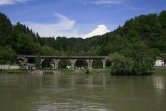 Bosque, en el primero plano un río Foto de archivo
