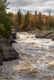 Bosque escénico del otoño a lo largo de los rápidos de precipitación del St Louis River en Jay Cooke State Park en Minnesota sept fotografía de archivo