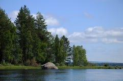 Bosque hermoso, lago y cantos rodados enormes Fotografía de archivo libre de regalías