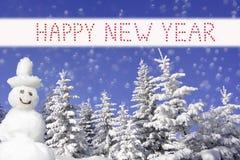 Bosque hivernal y muñeco de nieve sonriente, texto de la Feliz Año Nuevo Fotos de archivo