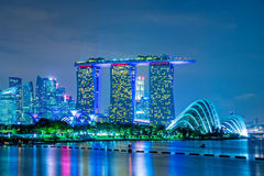 Bosque na noite, Singapura de Marina Bay Sands e de Supertree Imagens de Stock Royalty Free