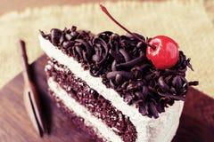 Bosque negro, torta de chocolate en la tabla de madera Fotos de archivo libres de regalías