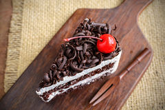 Bosque negro, torta de chocolate en la tabla de madera Fotografía de archivo