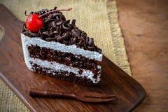 Bosque negro, torta de chocolate en la tabla de madera Imagen de archivo