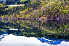 Bosque, pueblo, mar y montaña, Noruega Foto de archivo
