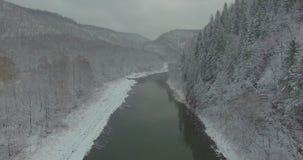 Bosque, roca, montaña y río de Ural Silueta del hombre de negocios Cowering almacen de video