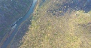 Bosque, roca, montaña y río de Ural Silueta del hombre de negocios Cowering almacen de metraje de vídeo