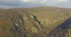 Bosque, roca, montaña y río de Ural Silueta del hombre de negocios Cowering metrajes