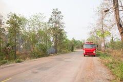 Bosque y coche de bomberos del fuego Fotografía de archivo libre de regalías