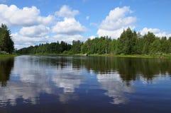 Bosque y lago carelios hermosos Fotografía de archivo