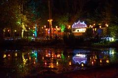 Bosque y lago iluminados Imagenes de archivo