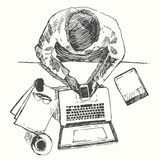 Bosqueje la opinión superior de la oficina del hombre de ordenador de las manos dibujada Imagen de archivo libre de regalías