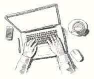 Bosqueje la opinión superior de la oficina del hombre de ordenador de las manos dibujada stock de ilustración