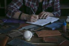 Bosquejo de cuero del dibujo del trabajador del hombre del monedero Diseño de cartera del cuero de la moda imagenes de archivo