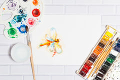 Bosquejo de la acuarela de la libélula y de pinturas anaranjadas Imágenes de archivo libres de regalías