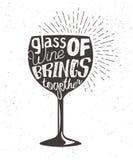 Bosquejo de la tipografía con la silueta y las letras bocal del vino Etiqueta del gráfico de vector con frase sobre el vidrio Foto de archivo