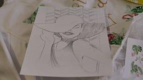 Bosquejo de una señora elegante en un sombrero y un vestido, dibujado con un lápiz en un trozo de papel, que miente en una chaque