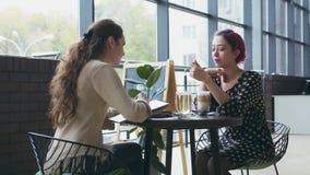 Bosquejo del dibujo de la mujer y el hablar con el amigo en el café almacen de metraje de vídeo