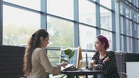 Bosquejo del dibujo de la mujer y el hablar con el amigo en el café almacen de video
