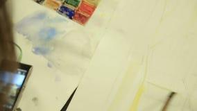 Bosquejo del lápiz del colorante del agua del artista, habilidades practicantes, asignación de escuela de arte almacen de metraje de vídeo